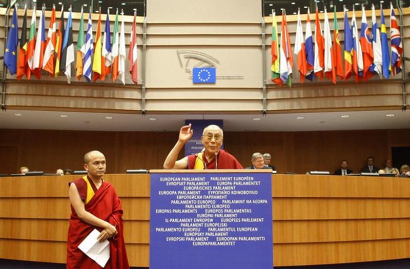 Tibetan spiritual leader, the Dalai Lama (C), addresses the  European Parliament in Brussels December 4, 2008. Daila Lama is on two-day visit in Belgium.  REUTERS/Yves Herman   (BELGIUM)