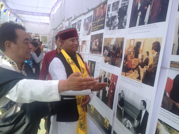 Settlement Officer of Dekyiling in Dehradun explaining the exhibits to the chief guest Shri Khajan Das at the exhibition.
